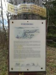 Oläslig skylt vid Gottsunda fornborg